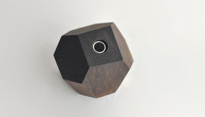 こちらもFUQUGIによる一輪挿しなのですが、ころんとしたフォルムが存在感もありシックな印象です。岩や石のようなイメージが持てますね。