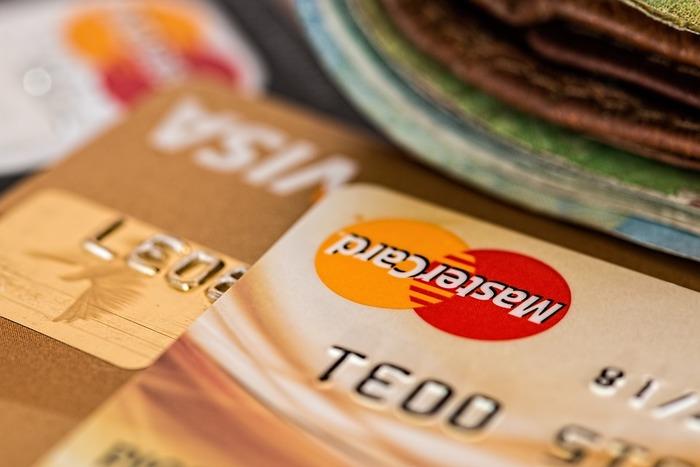 あまり使わないクレジットカードや銀行のカードもお財布に一緒に入れていませんか?クレジットカードなら引落日が給料日の直後にあるカードやポイントの溜まりやすいカードで違うカード会社のもの2つあれば充分ではないでしょうか?銀行のカードも良く利用するカードを持ち歩き、あまり使用しないクレジットカードや銀行のカードは犯罪防止の為にも解約してもいいかもしれません。