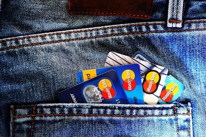 お財布はお金を入れるものなので、お金以外は入れたくないのが本当のところ。なのでお財布に入れるものはお金と同じくらいの頻度で使うようなもの、重要なものを入れます。 健康系のカードでしたら健康保険証は必要ですが、毎日通院しない診察カードは財布に入れません。1ヶ月に1回しか使用しない貯蓄用口座の銀行カード、頻繁に使用しないクレジットカード、いつも使用しないポイントカードなど毎日使わないカード類は財布に入れて持ち歩かないようにします。そして、クレジットカードは財布のこの仕切に収納すると場所を決めます。するとお財布がかなり薄くなるはず。