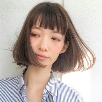 全体の長さを揃えたぱっつん前髪は、目力アップの効果やおしゃれ感が魅力です。軽さのあるストレートバングは、透明感のある印象で、やわらかい雰囲気に仕上がりますね。