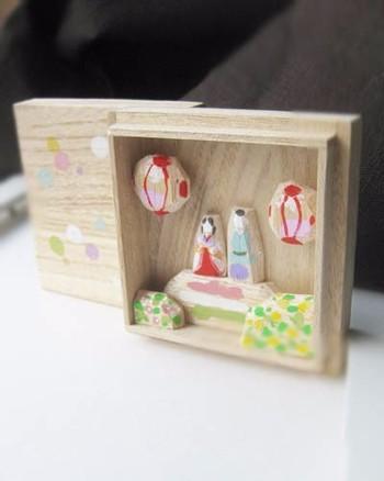 ちょっとした贈り物にもおすすめな、桐箱に入った雛飾り。上品な桐箱の中に、優しい雰囲気のお雛さまとお内裏さまが鎮座します。箱を開けてそのまま飾ることができるのがいいですね。