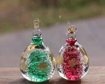 しずく型のような、卵型のような、コロンとしたフォルムが可愛らしいガラスの雛飾り。窓辺に飾れば、時間帯によって変わるきらめきを楽しむことができます。