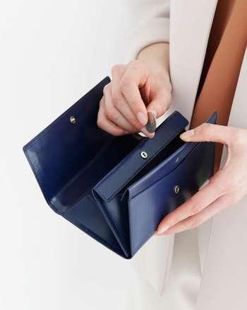 整理の前にお財布の中身を全部出します。 お金(お札、小銭)、金券類(商品券、サービス券等)、金融関係のカード(銀行カード、クレジットカード、ネットバンキングカード)、健康関係のカード(健康保険証、病院の診察券、整体マッサージ関係のカード)、レシート・領収書のジャンルで分けて分類しましょう。