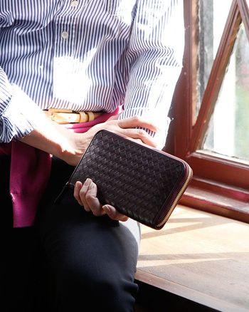 お財布の色は断然、黒がおすすめ。黒は文字通り黒字の黒で金運をアップすると言われています。また黒は欲求を抑えると言われる色でお金がお財布から逃げるのを抑えてくれます。 お財布はお札に負担をかけないように二つ折りより長財布を選びましょう。お金が逃げないファスナー付が良いです。丈夫な本革の財布がおすすめです。「春財布」と言われるように1年に1回替えるのがベスト。汚れは厳禁です。お金が住みやすい「家」を常に意識しましょう。