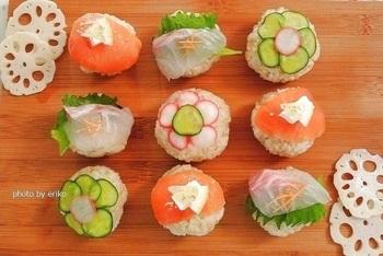 きゅうりや鯛のお刺身、スモークサーモンなどスーパーで調達できる材料で作る華やかな手まり寿司。最後にラップでしっかり形づくると綺麗な毬型になりますよ。