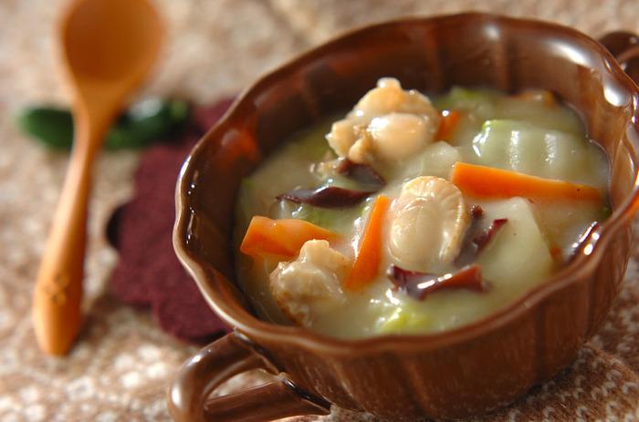 寒い季節って、なんだかクリーミィな煮込み料理が食べたくなりますよね。鶏がらスープと豆乳で仕上げた煮込みは、ビールとの相性も◎。ホタテ、白菜、ニンジンが入り栄養たっぷりなので一皿で済んじゃう楽チンさも魅力です。
