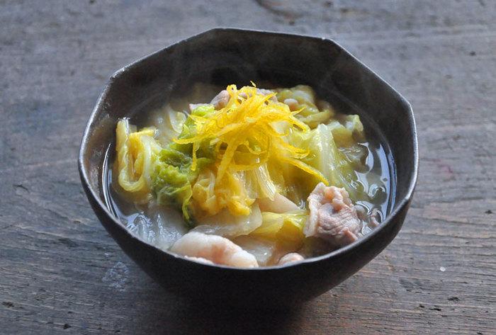 白菜と豚バラも相性が抜群で、ボリュームも◎。黄柚子の皮の千切りを飾れば香りも見た目もさらにアップし、おもてなしにも使えそう。