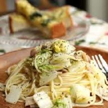 白菜と相性の良いアンチョビのペペロンチーノはシンプルで飽きのこない、何度でも作りたくなるワインに似合う大人レシピです。