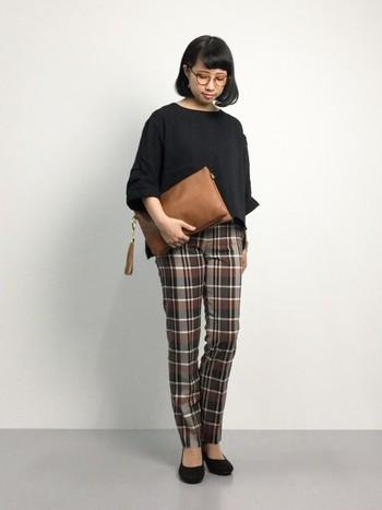 ブラウン系のチェック柄パンツは、ナチュラルな雰囲気を演出してくれます。小物も同系色でまとめて統一感を。