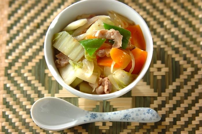 フライパン1つでできちゃう栄養たっぷりの中華丼。しかも野菜、魚介、肉がバランス良くとれて◎。