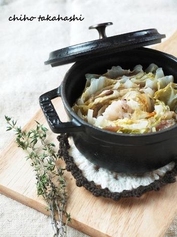 タイムは香りも良く、使いやすいハーブです!白菜と豚肉を交互に重ねて行き、白ワインビネガーを回しかけ、最後にタイムの葉っぱをのせて蒸し焼きに。味付けは塩コショウのみで、素材の味が感じられるシンプルな一品に!