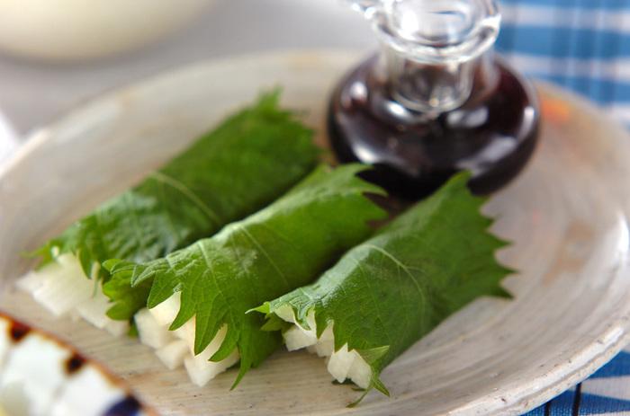 千切りにした長芋を大葉でクルクル丸めただけのお手軽レシピ。サクサクっとした食感も楽しく、大葉の香りを存分に感じられる一品です。