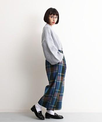 子供っぽくなりがちな鮮やかカラーのクロップドパンツは、エナメルのシューズに合わせて。トップスの色を抑えると、大人っぽい雰囲気。
