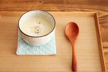 ぽってりとした形がかわいい。カフェオレボールやスープにぴったりのほっこり心和むお碗。貫入(カンニュウ)と呼ばれるヒビ模様が、ランダムに入っています。