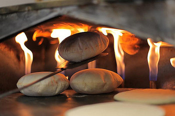 直径20センチくらいの平たい円形のパンで、小麦粉に水、塩、砂糖、イーストを加えて、一時間ほど発酵させ、高温のオーブンで一気に焼上げます。中が空洞のポケット状になっているところから、英語ではポケットパン(pocket bread)とも呼ばれているそうです。