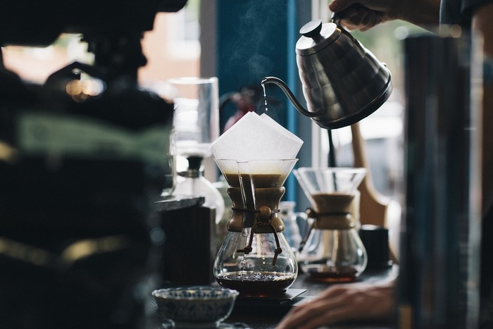 ドリッパ-にコーヒー粉を入れて、そっとお湯を注ぐ。お湯がコーヒー粉に浸透して、コーヒーを抽出している音や部屋に漂う芳醇な香りを楽しめる、これもドリップコーヒーならでは。インスタントコーヒーにはない贅沢なコーヒーの楽しみ方です。たまにはドリップコーヒーを淹れてみませんか?
