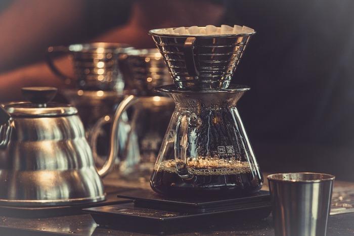 """ドリップコーヒーは、お家で手軽にコーヒー豆の持つ豊かな風味や深い味わいを楽しめるのが魅力。コーヒーを淹れるときに使う""""ドリッパ-""""は角度や穴の大きさなど、コーヒーの旨味をしっかりと抽出できるように計算して作られています。そのため、誰でも簡単に本格的なコーヒーを楽しめるようになっています。"""