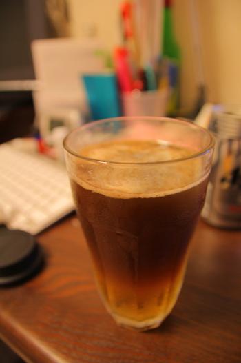 ビールが苦手な方もこれなら飲みたい!という人も多いシャンディーガフ。お家にある材料であっという間に作れますよ☆ 【材料】 ビール:グラス1/2杯 ジンジャーエール:グラス1/2杯 お好みでレモン  【作り方】 ①ビールをグラス半分ほど注ぎます ②そこにジンジャーエールを注ぎます ③お好みでレモンをスライスしたりレモン汁を加えてもおいしい!