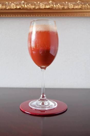 飲みすぎた次の日の、赤い目を表現しているカクテル。春から夏にかけての季節にピッタリのカクテルビアです。トマトピューレを使っているから、鮮やかなレッドカラーを目でも楽しめます。