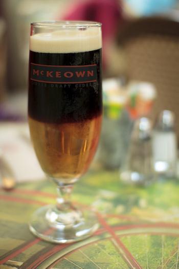 ビールとスパークリングワインの泡が混ざり、まるで絹のような柔らかさ。黒ビールが苦手な方にこそおすすめしたい一杯です☆ 【材料】 黒ビール:グラス1/2杯 スパークリングワイン:グラス1/2杯  【作り方】 ①ビールをグラス半分ほど注ぎます ②そこにスパークリングワインを注ぎます