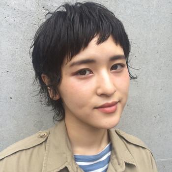 前髪をおでこの半分あたりで短く切ったスタイルは、個性的でもありとてもチャーミングなイメージ。しかも嬉しい小顔効果大のヘアスタイルです!