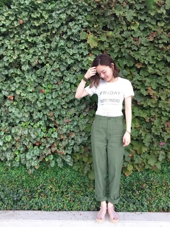メンズライクなベイカーパンツは、少しタイト気味のTシャツとの相性が◎。Tシャツ1枚のシンプルコーデでもトップスINすることによってお洒落上級者に。ベイカーパンツを選ぶなら、少しゆったりとしたサイズがおすすめですよ。