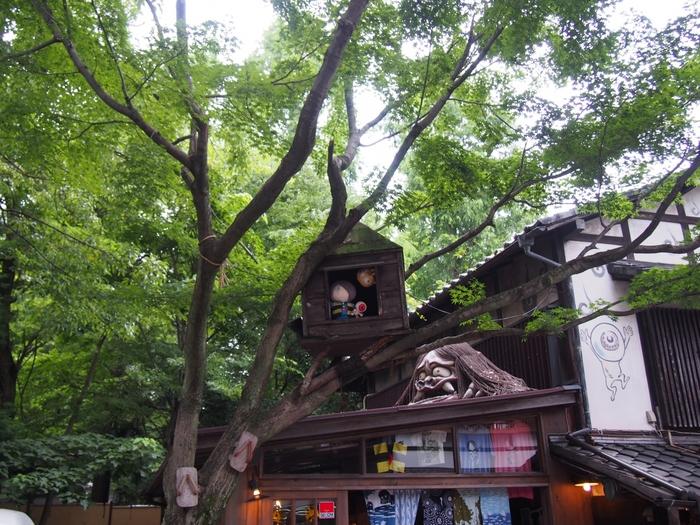 深大寺参道にある「鬼太郎茶屋」。 調布は「ゲゲゲの鬼太郎」の生みの親、水木しげる氏の第二の故郷でもある縁からこの地に作られました。築40年余りの木造建築の店舗は、見どころもたくさん!