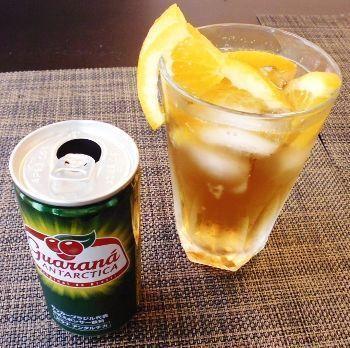 オレンジ果汁と炭酸が効いた、お家でも簡単に作れるおすすめカクテルです♪ガラナ飲料を使用し、より飲みやすくなったレシピです。カットオレンジを添えると見た目も華やか♪