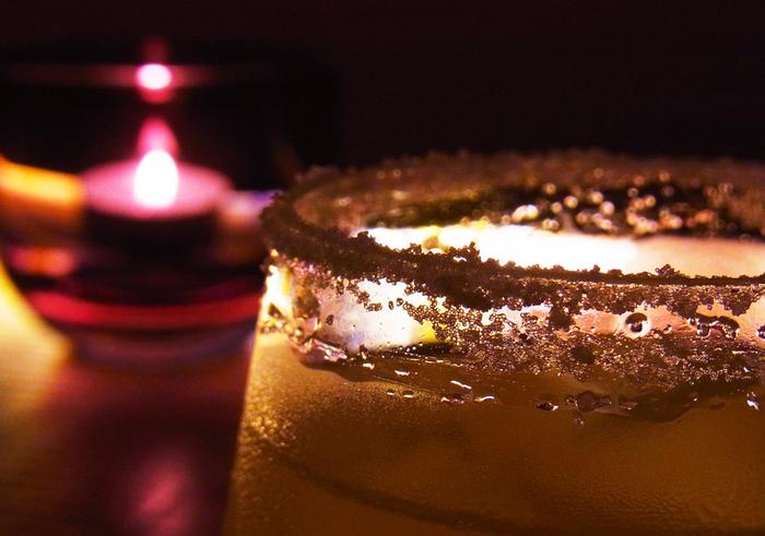 「ソルティ・ドッグ」とは、もともとイギリス海員達のスラング。イギリスで生まれたカクテルはアメリカでスタイルを変え、女性にも人気のカクテルになりました。 【材料】 ウォッカ:適量 グレープフルーツジュース:適量 塩:適量 氷:適量  【作り方】 ①塩をグラスのフチにつけます ②グラスに氷を入れます。 ③ウォッカとグレープフルーツジュースを注いで軽く混ぜます