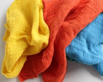 普通のふきんより一回り大きいので、台所で蒸し物や出汁を漉したり、包んだり、大きな洗い物も拭きやすく便利です。カラーバリエーションも豊富なので、使い分けもしやすいですね。定期的に煮洗いすることで長く食卓を彩ってくれます。