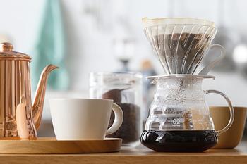 日本だけでなく、海外でも愛されている「HARIO V60」。おしゃれな見た目と機能性を兼ね備えたV60ドリッパ-は、2007年にグッドデザイン賞を受賞。  ドリッパ-には、コーヒーを美味しく淹れられる工夫が施されています。お湯が長くコーヒー豆に触れるように円錐型に設計、お湯が長く触れることでコーヒーの美味しさを抽出することが出来ます。