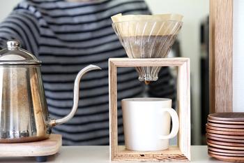 お湯の注ぎ方によってコーヒーの味が変わるので、その日の気分で色々と楽しめそう。別売りのスタンドを使えば、素敵なコーヒータイムを楽しめます。ドリッパ-から抽出されたコーヒーが落ちる様子を見るのはコーヒー好きにとって贅沢な時間になりそうです。