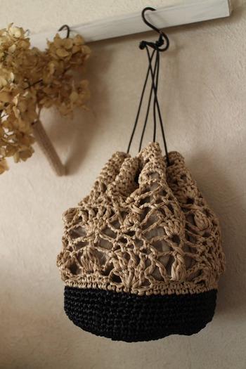 ぱっと見は麻のメッシュバッグ? に見えますが、こちらもエコアンダリヤで編まれています。色を使い分け、編み方も分けることで異素材コンビの巾着バッグに仕上げられています。浴衣にも合いそうですね。