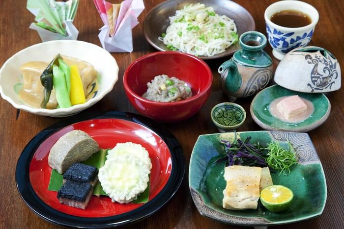 絶品の豆腐ようからゆし豆腐、田芋やゴーヤの素揚げ、どぅるわかしー、ミミガ—、ラフテーなど普段耳にしない沖縄の食材を使った料理が盛り沢山! 沖縄通にはたまらないお店です^^  見た目も綺麗で、ゆったり食事を楽しむことができます。
