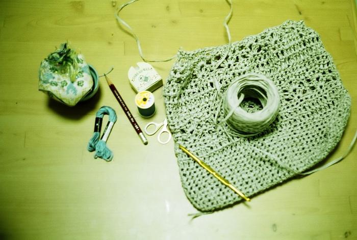 エコアンダリヤ以外にも、ジュート(麻ひも)やペーパーヤーン(紙紐)など、サラサラとした質感の紐で編むサマーニットアイテムが近年人気です。昨年夏流行ったクラッチバッグ、今年は手作りしてみませんか?かぎ針一本で黙々と進められる編み物。実用も兼ねた大人の趣味としてもおススメです。今まで手芸なんてやったことない、という方も、素敵だなと思うものがあったら、まずは一目編んでニッティングを始めましょう!