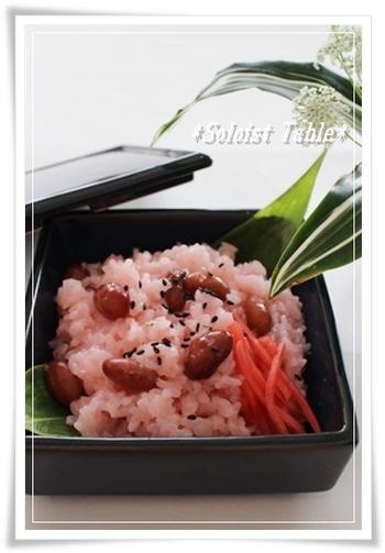 持ち寄りパーティーなら、おめでたい席にぴったりな赤飯もおすすめ。ほんのりピンクのもち米がひな祭りにぴったりです♪