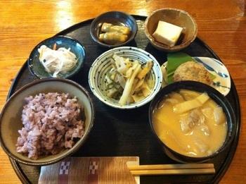 右下にある「いなむどぅち」が優しい味で本当に美味しいです。これぞアンマーの家庭の味ですね。 他にもじーまみ豆腐はトロトロ濃厚、個人的には「どぅる天」がおススメ!食べた時の触感が忘れられません。