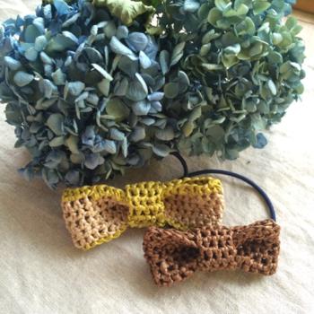 エコアンダリヤはぎゅっと目を詰めて編み込むと小さな作品も作れます。髪ゴムにしても可愛いですね。 毛糸と比べ、埃がつきにくく、汚れに強いので身の回りのものにも使いやすいですよ。