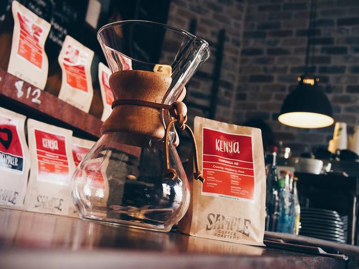 コーヒーメーカーのなかで高い人気を誇る「Chemex(ケメックス)」。まるで実験に使う器具のような個性的なフォルムが特徴です。それもそのはず、このコーヒーメーカーはアメリカの科学者・ピーター・シュラムボーム博士がデザインしたんです。ニューヨーク近代美術館の永久展示品にも選ばれた、デザイン性も兼ね備えたドリッパ-です。