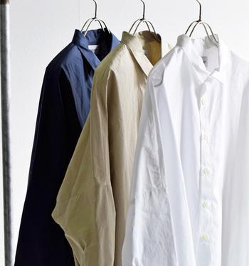 シンプル&ナチュラルスタイルがパッと作れるシャツ&ブラウス。その素敵なコーデの数々を、ご紹介していきますね。