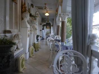 このイタリア館のプールサイドのテラス席がカフェになっています。館内へは入館料が必要になりますが、このテラス席へは無料で入ることができます。