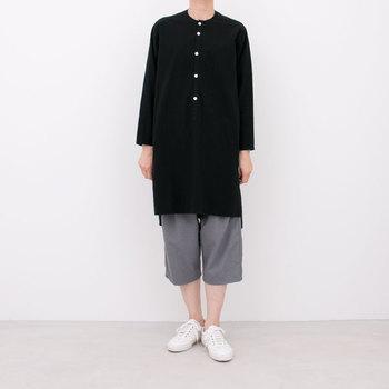 ノーカラーのロングシャツは、着丈は長くサイドに深めのスリットが入っています。前後に段差のあるデザインがさりげない遊び心を感じさせ、1枚着るだけでセンスの良いコーデに変身です♪