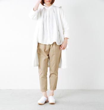 ふんわり白リネンシャツ×ベージュパンツコーデに、ロングカーデを合わせた春コーデ。カーデを合わせることで、シルエットが縦長に見えるから、大人っぽい雰囲気にきまりますね。