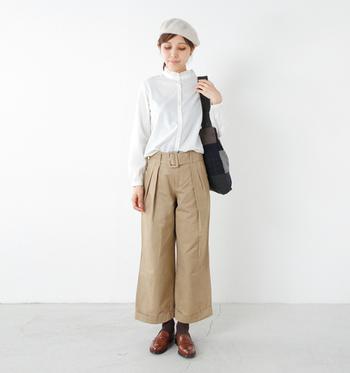細身の小さなフリルスタンドカラーやふんわり袖が可愛い白シャツを、ベージュのワイドパンツにインした春コーデ。ベレー帽や革靴を合わせるだけでグッとオシャレ度がアップします♪