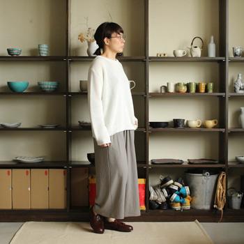 リネンコットンの混紡サマーニットに、ゆるっとしたワイドパンツで素材の素朴さを活かしたスタイルです。