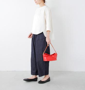 ふんわりとした七分袖の白ブラウスに、くるぶし丈のワイドパンツを合わせて。差し色の赤バッグやペタンコバレエシューズなど小物使いがオシャレなスタイル。