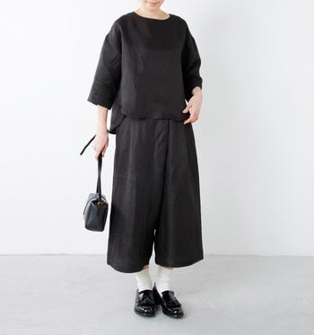 黒×黒で揃えても、首元や手首を程よく見せることで重くなりすぎません。革靴にお好きなソックスを合わせて、モノトーンコーデに変化をつけてみて♪