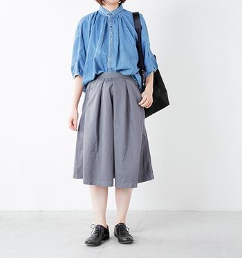 ギャザー感のあるフェミニンなデニムのシャツを、中心だけ袴キュロットにインすればウエスト位置が高く見えて脚長効果が!バッグと靴の色を合わせると統一感が出て◎