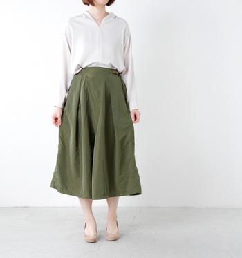 柔らかで上品な光沢感のあるシャツをボリューム感のあるフレアスカートにINして。こちらもVラインに開いた襟元や細い足首を見せることで抜け感が出て、春にぴったりの女性らしい雰囲気に。