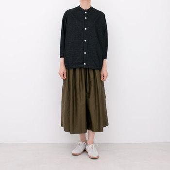 こちらはデニム風に見えるシャツ。シックな色合いですが、明るい白のシューズを合わせる事で春らしいコーデに仕上がります。